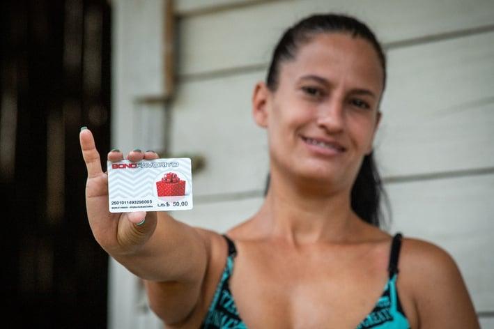 Entrega de tarjetas multipropósito para familias